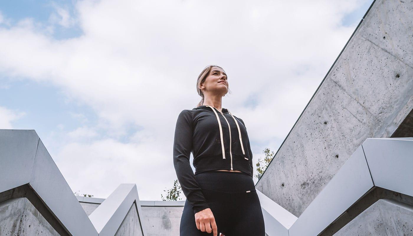 Leggings pretas de compressão combinadas com casaco preto de rede