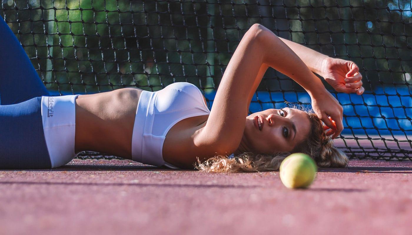 Top desportivo branco combinado com leggings modeladoras azuis