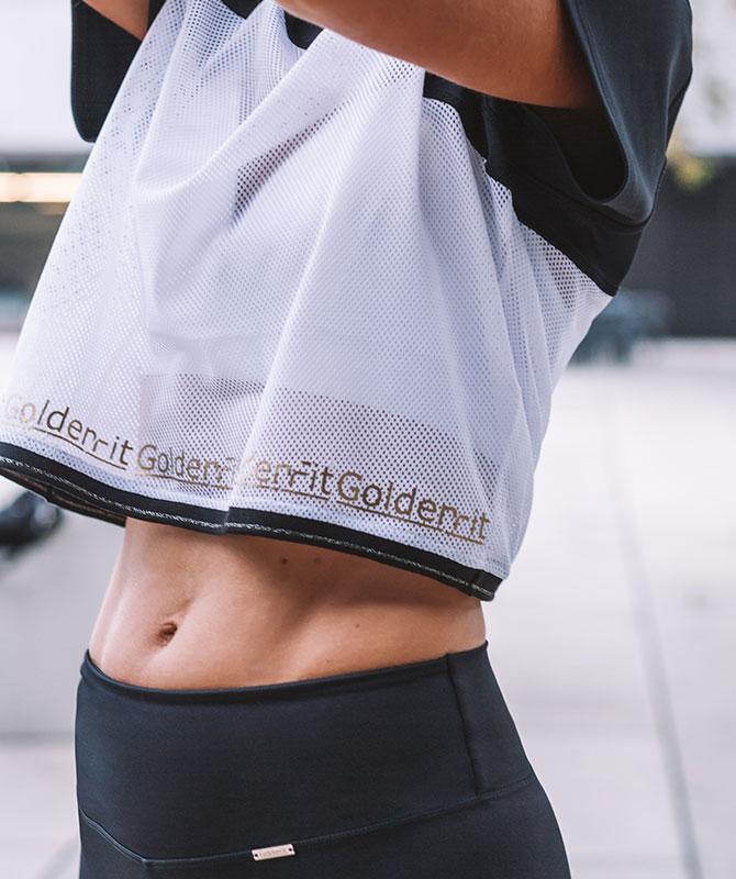 T-shirt deportiva que combina detalhe de rede branca com malha desportiva preta