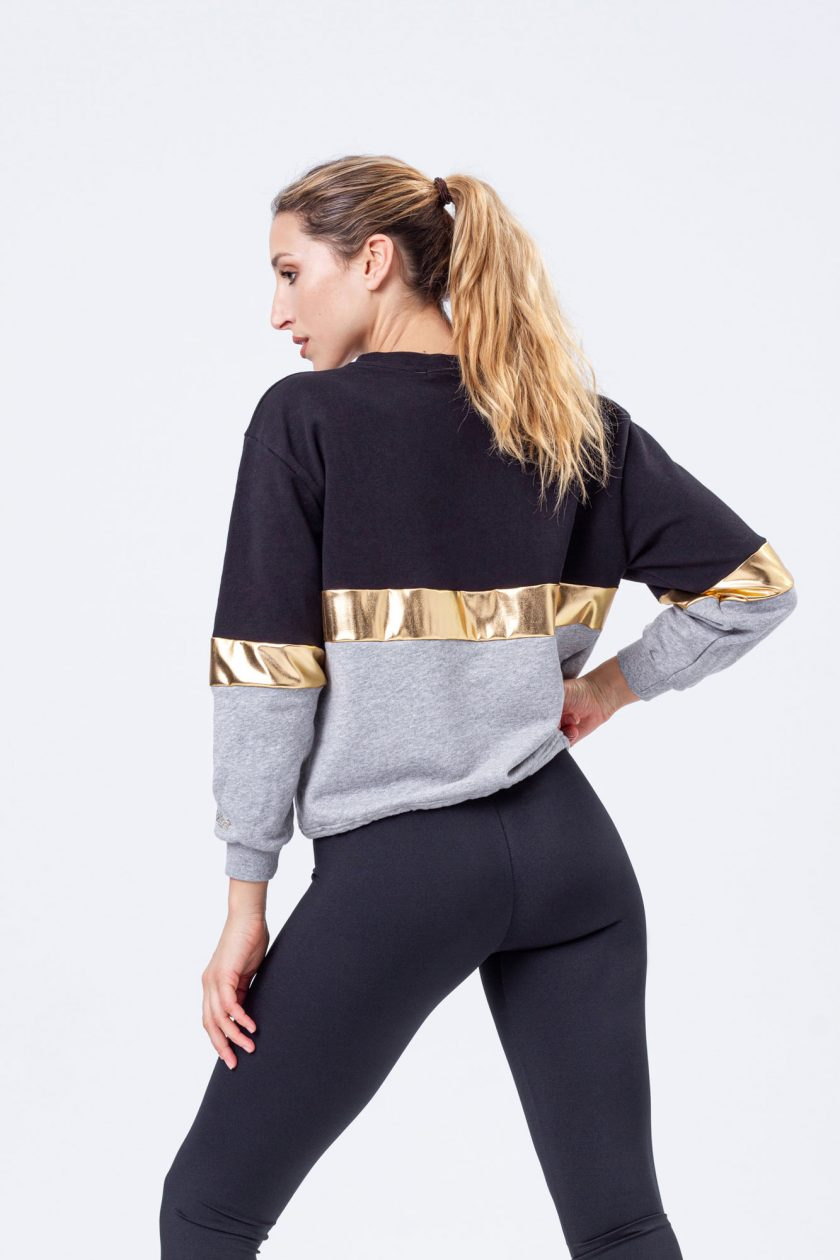 Sweatshirt tricolor, com parte superior preta, risca central dourada e parte inferior em cor cinza