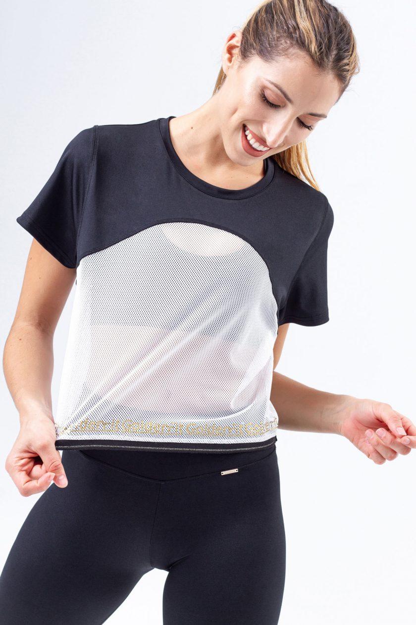 T-shirt preta com parte inferior em rede/mesh branca